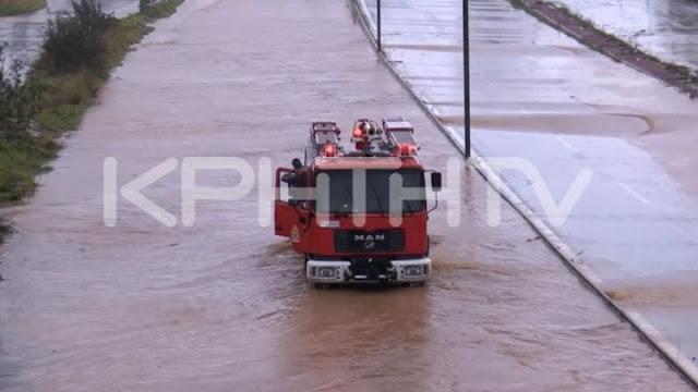 Παρασύρθηκαν οχήματα και έκλεισαν δρόμοι από την έντονη βροχόπτωση στην Κρήτη
