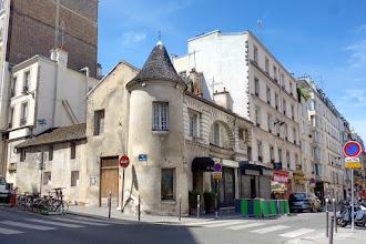 Paris : Tourelle à l'angle des rues Marcadet et du Mont-Cenis, architecture pittoresque à Montmartre - XVIIIème