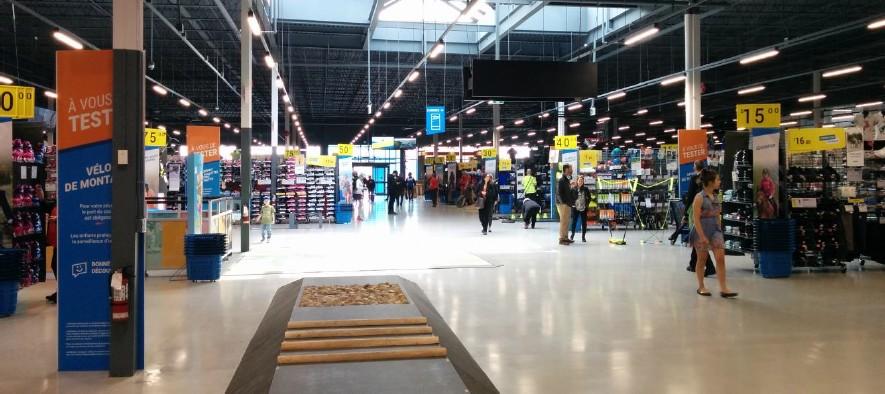 23a22036b3 Ce magasin occupe une surface de ventes de l'ordre de 50 000 pieds carrés  (environ 210 pieds de large par 240 pieds de profondeur, sans les courts de  ...