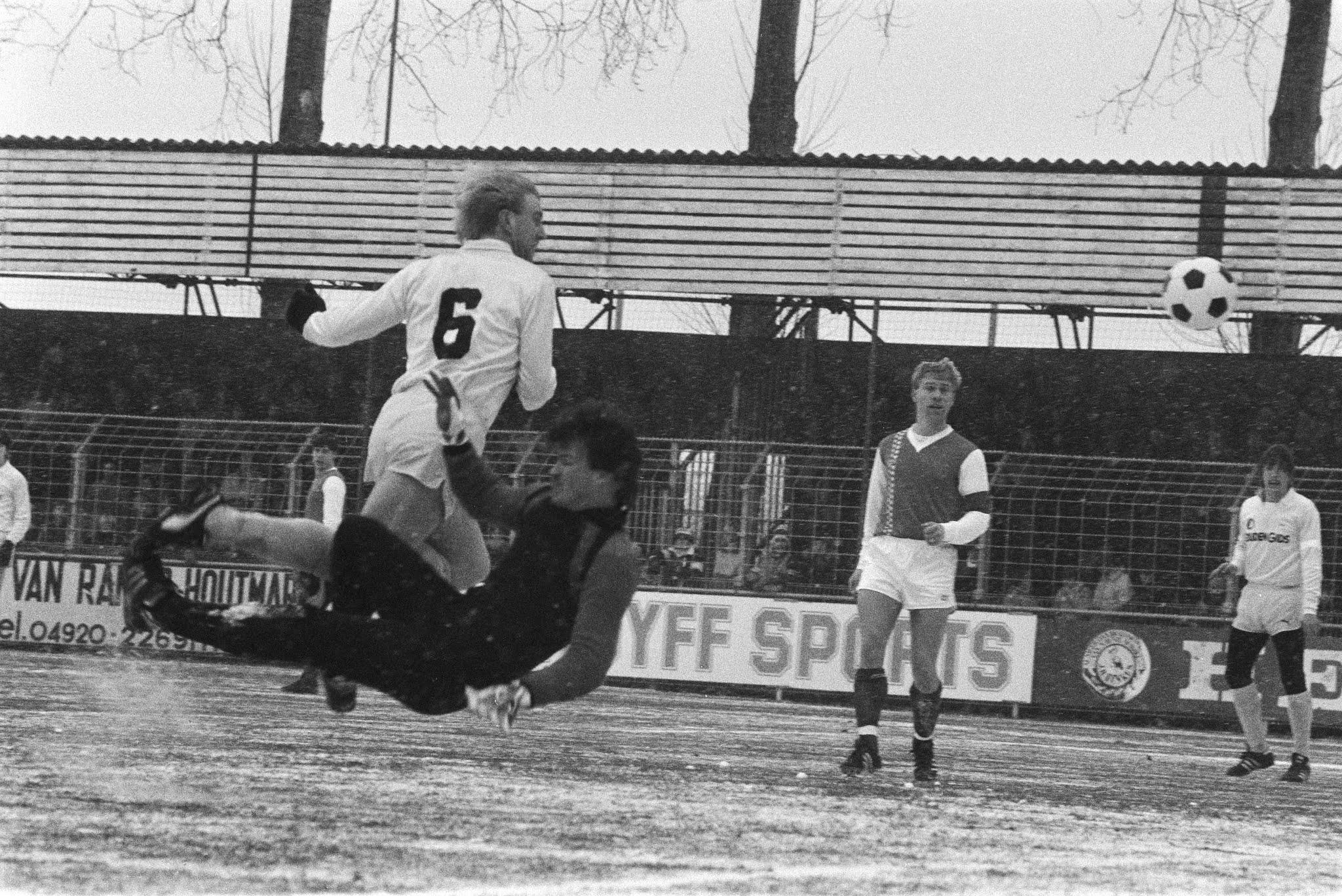 André Hoekstra (Feyenoord) kopt de bal langs Wim van der Meijden (Helmond Sport)