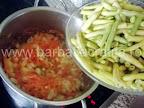 Ciorba de fasole verde preparare reteta - adaugam pastaile rupte bucatele