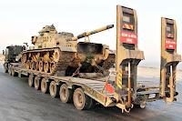 Bir askeri sevkiyatta bir tırın çektiği 6 dingilli bir treyler ile tank taşınması