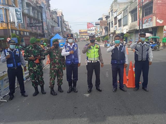 Ditempat Keramaian, Personel Jajaran Kodim 0207/Simalungun Laksanakan Ops PPKM Level lll