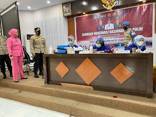 Kapolres Wajo Bersama Ibu Ketua Bhayangkari Tinjau Vaksinasi Massal