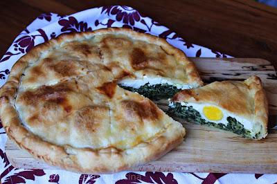 Torta pasqualina veloce, con un ripieno lavorato in modo semplice e particolare, uova di giornata e pasta brisée Stuffer. Risultato strepito.