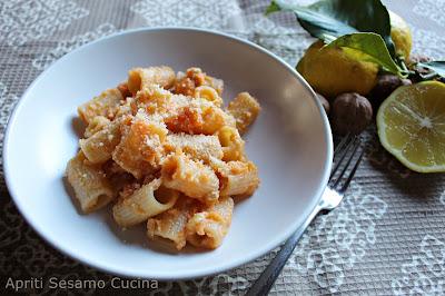 Pesto al limone su base di patate dolci, aglio e noci per condire la pasta. Ricetta vegan, cucina vegetariana