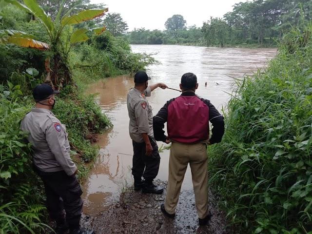 Antisipasi Banjir, Kapolsek Warungasem Cek Debit Air di Kalikupang