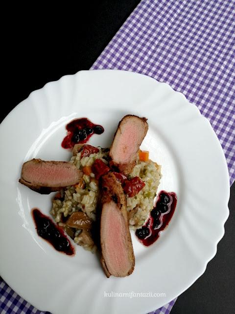 Свинско бонфиле на тиган, ориз с манатарки и сушени домати и сос със сладко от боровинки