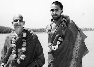 Vishnudevananda, ainda jovem, ao lado de seu mestre Swami Sivananda
