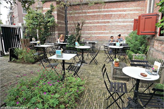 Patio de la Cafetería De Koffieschenkerij en Amsterdam