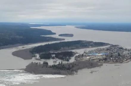 Ο ποταμός Μακένζι καταστρέφει την πόλη Φορτ Σίμπσον του Καναδά εξαιτίας της τήξεως των πάγων