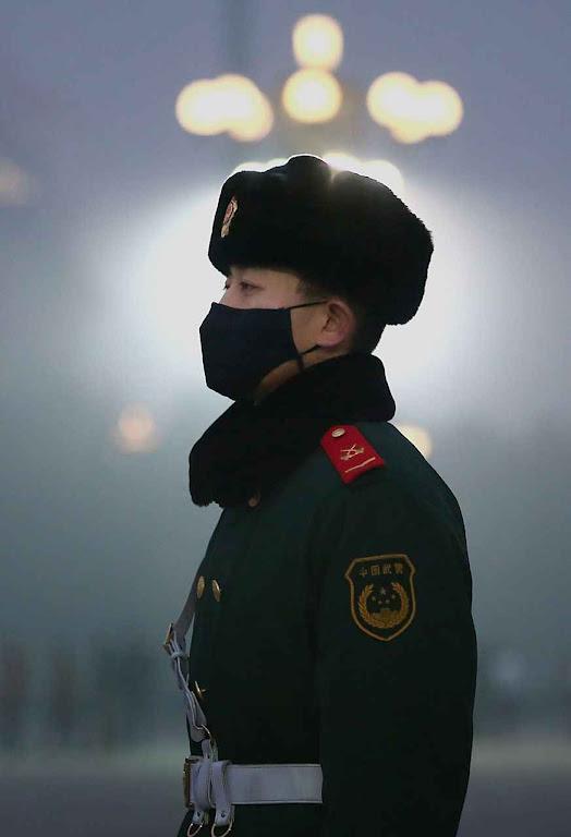 Guarda na Praça Tiananmen,durante a alarme vermelha.