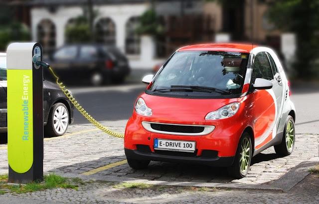 Ο κάτοχος ενός σύγχρονου ηλεκτρικού αυτοκινήτου, εκτός των γνωστών πλεονεκτημάτων της ηλεκτροκίνησης, μπορεί να εκμεταλλευτεί σε μεγάλο βαθμό την αμφίδρομη ροή ενέργειας, δηλαδή την παροχή ηλεκτρικής ενέργειας από το αυτοκίνητο στο δίκτυο.