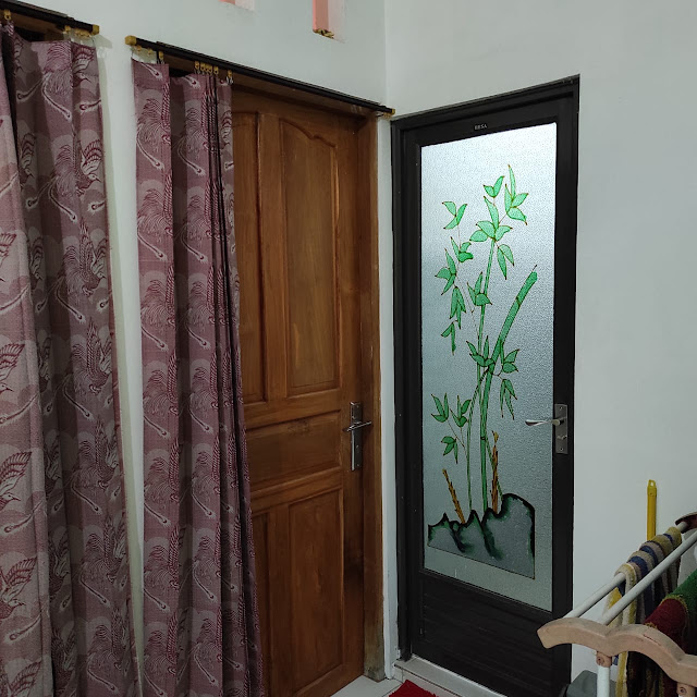 Perbandingan pintu kamar mandi dan pintu kamar tidur