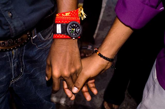 Ở Ấn Độ, đàn ông thường ôm nhau trong lần gặp đầu tiên. Khi họ trở thành những người bạn tốt, họ sẽ nắm tay nhau đi trên đường.