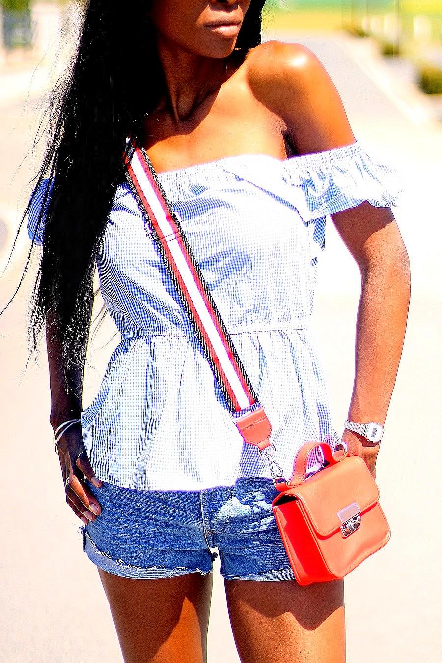 mini-sac-bandouliere-rouge-top-vichy-epaules-denudees-short-en-jeans