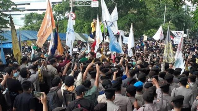 Aksi Saling Dorong Warnai Demo Massa BEM SI dengan Polisi di Dekat Gedung KPK