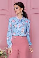 Camasa Patry bleu cu imprimeu floral si guler tip esarfa