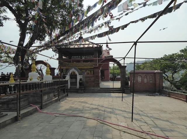 tempio e ruote di preghiera nel tempio delle scimmie