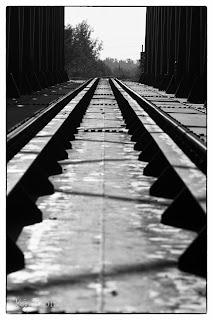 Az algyői vasúti híd sínje fekete-fehérben
