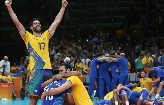 Brasileiros comemorando o ouro após vitória sob Itália na final da Rio 2016