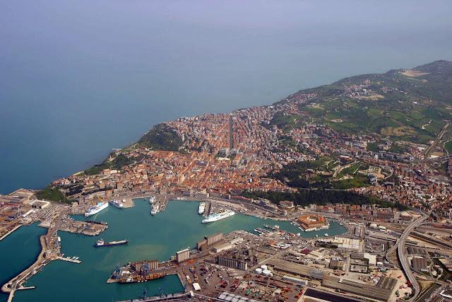 Veduta di Ancona. L'area verde sulla destra, vicino al porto, è la zona interessata dalla frana.