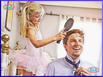 Hija peinando a su padre
