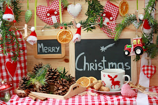Christmas-decorated-table-with-merry-christmas-wishes-picture.jpg