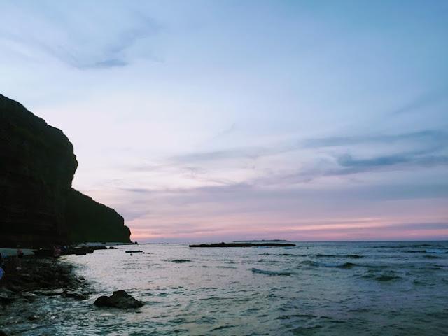 Hoàng hôn trên Hang Câu cũng cuốn hút đến lạ kỳ. Tham khảo thêm kinh nghiệm du lịch Lý Sơn tự túc 4 ngày 3 đêm.