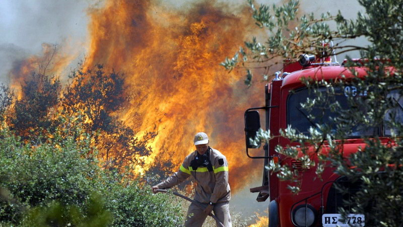 Ισχυρές πυροσβεστικές δυνάμεις δίνουν μάχη στη Λευκίμη Σουφλίου