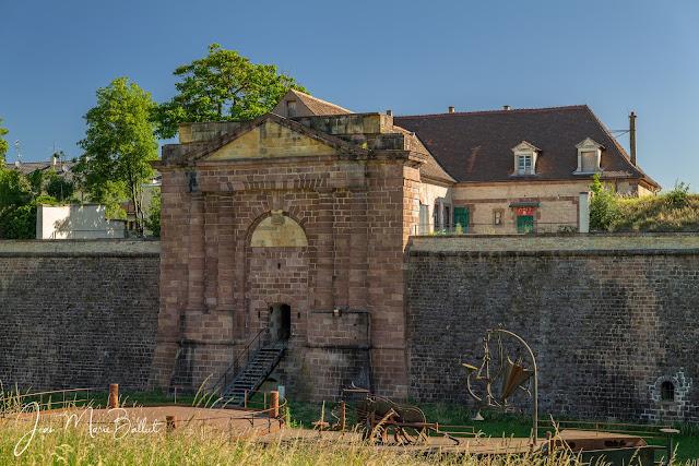 La porte de Belfort… la seule porte à peu près conservée en l'état à Neuf-Brisach. Malgré une apparente simplicité, comprendre et expliquer les variations d'usage de cette porte selon les périodes se révèlent des plus complexes !