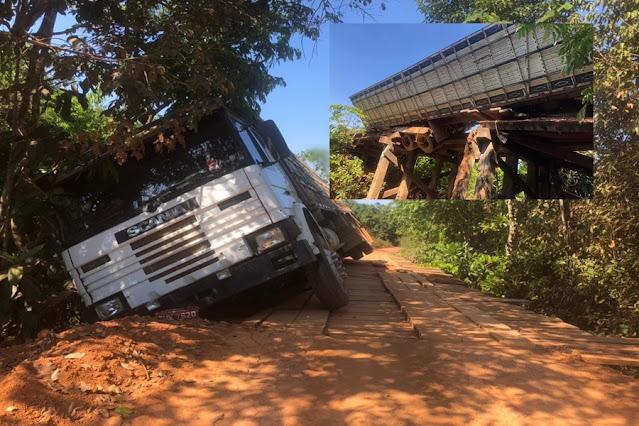 Ponte quebra e caminhão boiadeiro quase despenca em RO