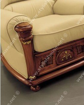 Solid beech wood with carved armrest heads that give sturdiness and long-lasting features