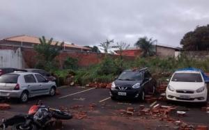 Com temporal, muro de condomínio cai e destrói mais de 10 carros em São Luís