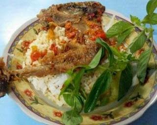 Kuliner Ayam Pedas khas Banyuwangi.