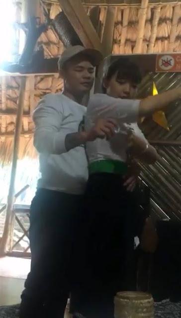 Đầu tiên thanh niên phải vòng eo ôm cô gái đó.