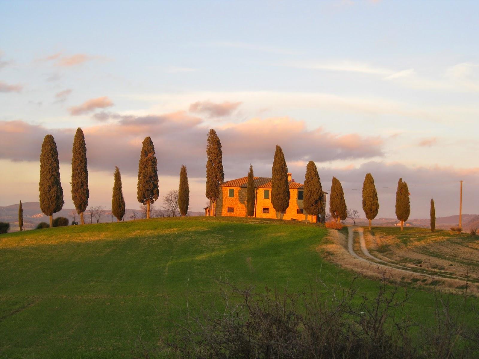 Casa de campo Toscana rodeada por cipreses
