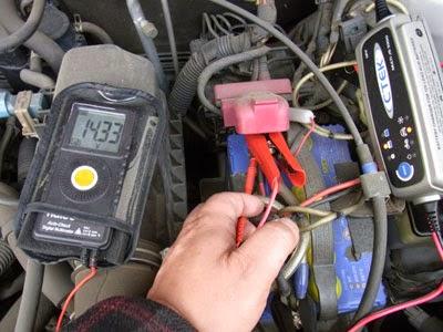 c-teck js3000にて充電中!電気が入ってる証拠?CTEK充電器が頑張って充電してくれています。