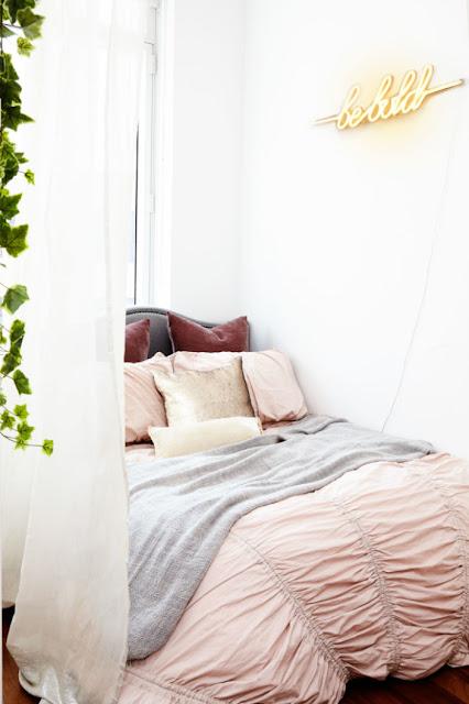 dormitor in roz in garsoniera