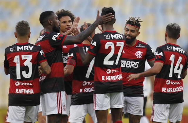Elenco do Flamengo comemorando