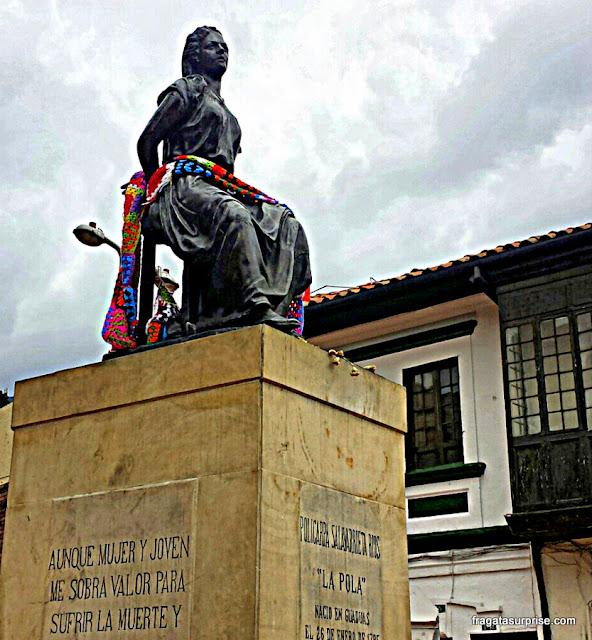 Monumento a La Pola, heroína da Independência da Colômbia, em frente à Igreja de Las Águas, em Bogotá