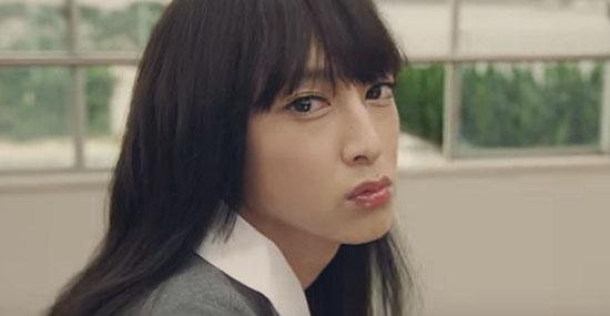 Comercial de maquiagem com colegiais japonesas