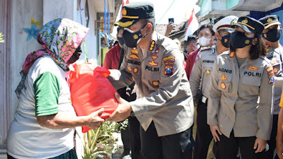 Kapolresta Sidoarjo Bagikan Bansos Sembako dan Bendera Merah Putih di Kampung Nelayan