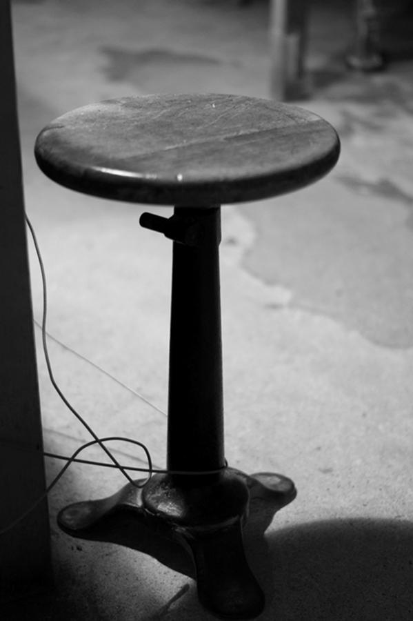Blog + Fotografie by it's me! - #FiveDayBlackandWhiteChallenge - Hocker in der Wäschefabrik Bielefeld
