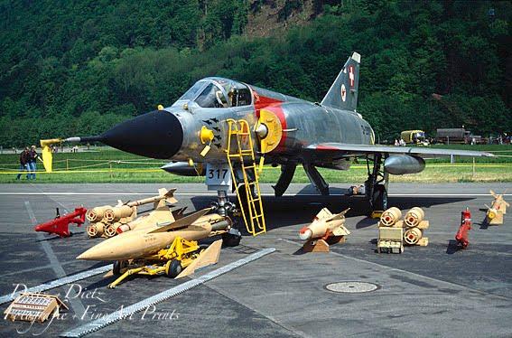 J-2317 mit Waffenausstellung im static display auf dem Militärflugplatz Alpnach