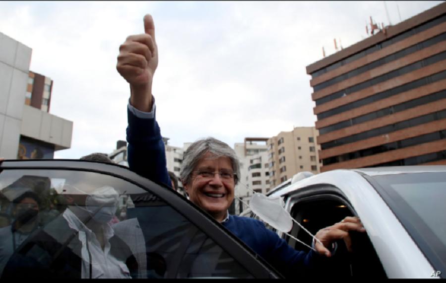 El candidato presidencial Guillermo Lasso, del partido Creando Oportunidades (CREO) levanta el pulgar en señal de victoria tras un evento con su rival Yaku Pérez, del partido Pachakutik, en el que ambos pedían un recuento de la elección en Ecuador / AP