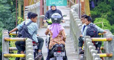 Aksi Emak-emak 'Duel' di Jembatan Ini Bikin Ngakak Campur Greget