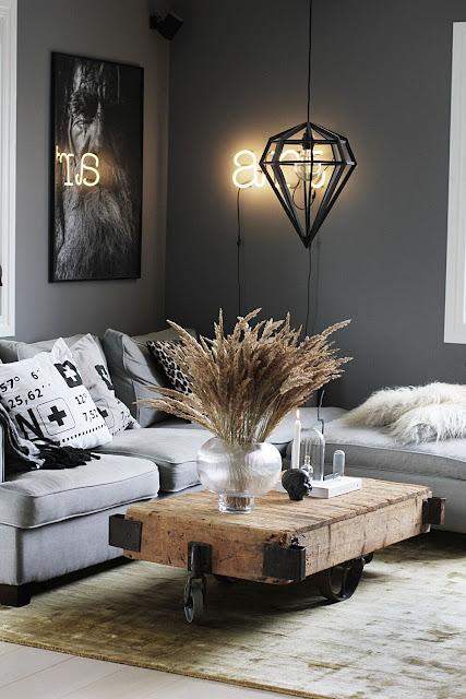 annelies design, webbutik, webbutiker, webshop, nätbutik, vardagsrum, vardagsrummet, guld, ny matta, mattor, matta, guldig, grått, grå, gråa, loyal living varberg, tavla, svartvit, svartvita, svartvitt, kuddar, i soffan, art, neonbokstäver, neon,