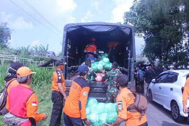 Yonarmed 11 Kostrad Ikut Pembagian Sayur Untuk Warga Terdampak Corona di Kota Magelang