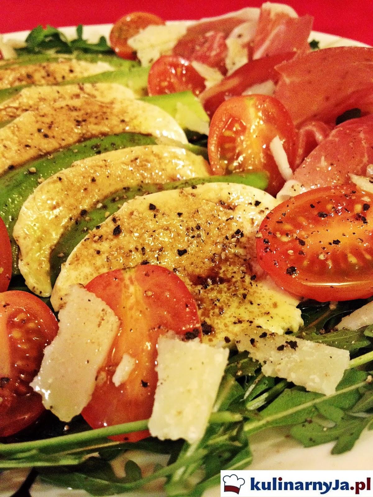 Sałatka z szynką parmeńską, mozzarellą i awokado na rukoli